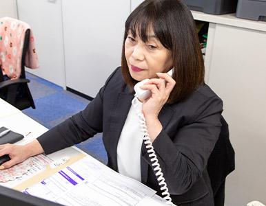 デスクワークが主体。お客様のお見積りや、電話の取次ぎ等を行います